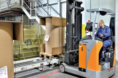 Automatisierter Transport vom Wareneingang zur Produktion.