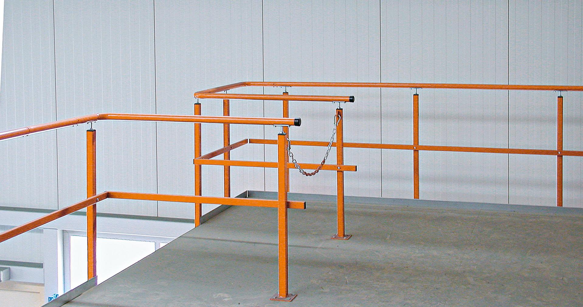 Bauteile einer Bühne - Übergabestationen mit Kette gesichert