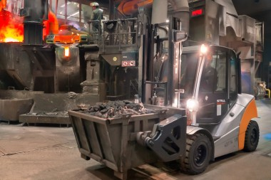 Shifting loads in extreme conditions: new forklift fleet keeps the foundry moving.