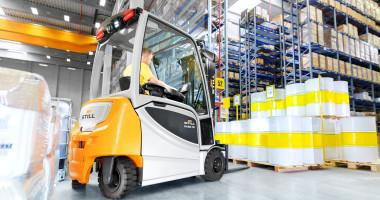 Chariot élévateur électrique RX 20 1,4 - 2,0 t - vision générale entrepôt chariot en utilisation