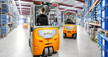 Chariot élévateur électrique RX 20 1,4 - 2,0 t - vision générale entrepôt chariots en utilisation