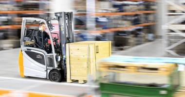 Chariot élévateur électrique RX 20 1,4 - 2,0 t - vision générale entrepôt chariot en utlisation avec grande vitesse