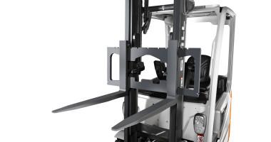 Chariot élévateur électrique RX 20 1,4 - 2,0 t - vision des fourches levées avec une visibilité optimale sur les fourches lors d'un chargement de camion
