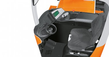 Chariots tridirectionnels GX-X / GX-Q - vision de la cabine confortable avec siège, volant etc.